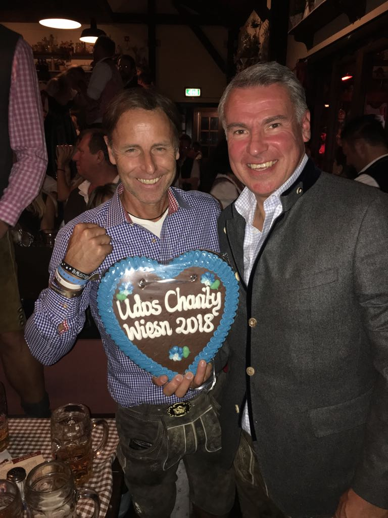 DMK-Gesellschafter Daniel deBoer mit dem Organisator der Charity-Wies'n Udo Riglewski.